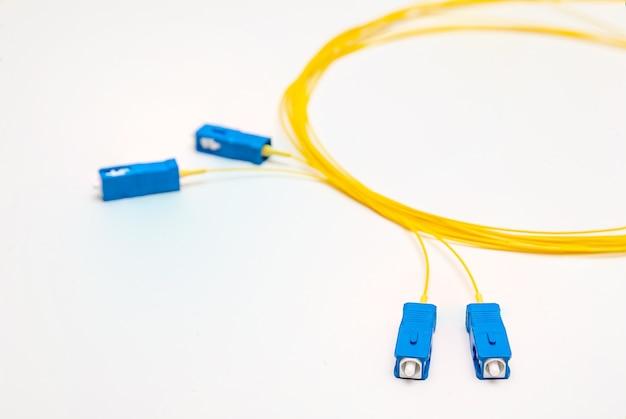 Cabos de fibra óptica isolados