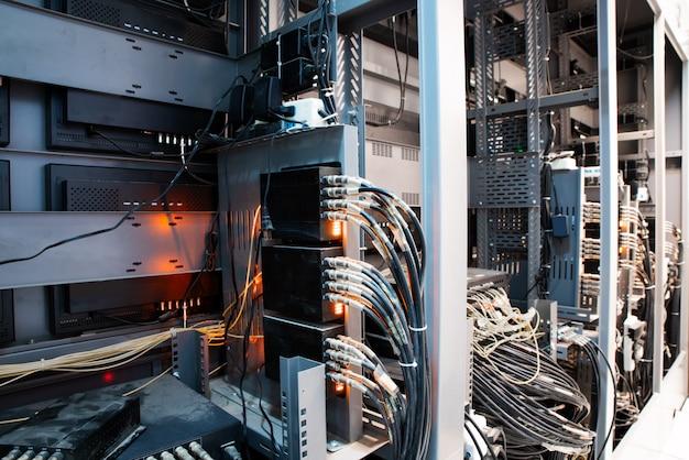 Cabos de rede conectados em comutadores de rede