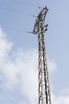 Cabos do pilão e da linha da torre de poder de alta tensão.