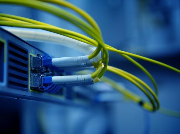 Cabos e hub de fibra óptica de rede