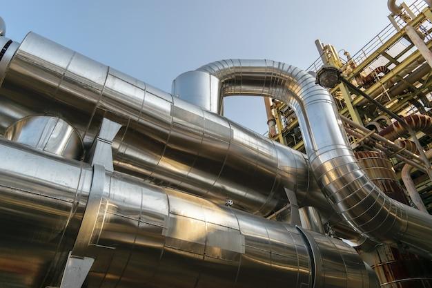 Cabos e tubulações encontrados dentro da petroquímica industrial.
