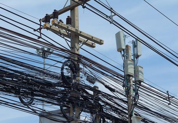 Cabos elétricos emaranhados e bagunçados