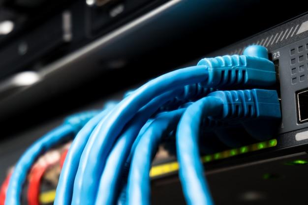 Cabos ethernet de telecomunicações conectados ao comutador da internet