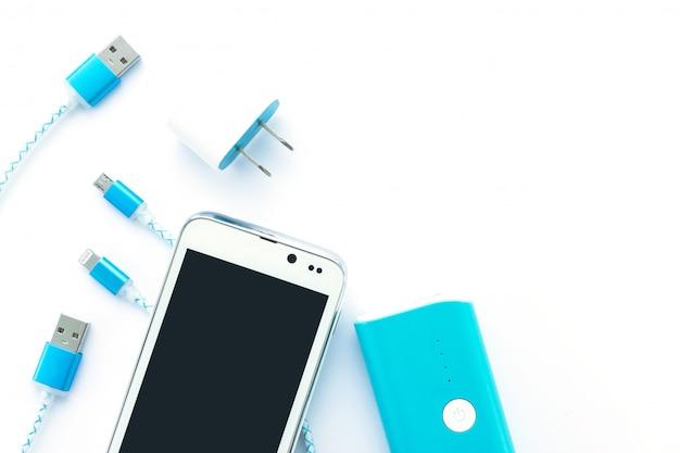 Cabos usb e banco de bateria para smartphone e tablet em vista superior