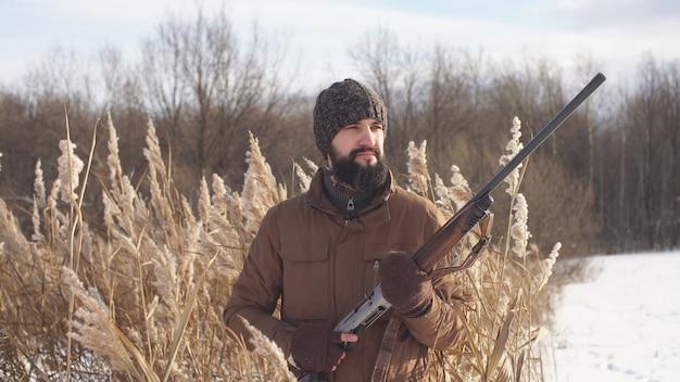 Caçador com barba vai caçar sua presa, caça, close-up do caçador