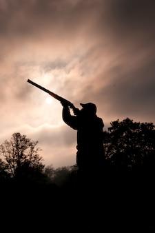 Caçador recortado com arma