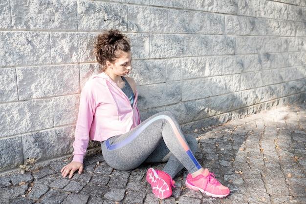 Caçadora desportiva, atraente, menina, sentando, pavimento