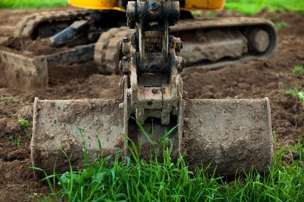 Caçamba de escavadeira ampla área de terra.