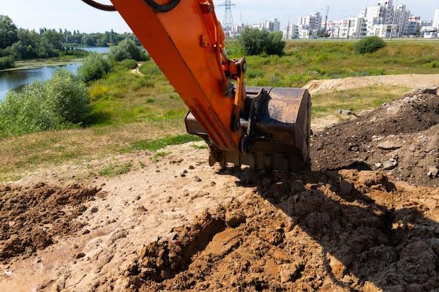 Caçamba de escavadeira durante obras rodoviárias e de construção.