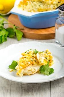 Caçarola com crocante crocante, gratinado de batata, prato de queijo com manteiga e carne assada, saboroso jantar caseiro