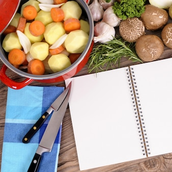 Caçarola com legumes orgânicos e livro de receitas
