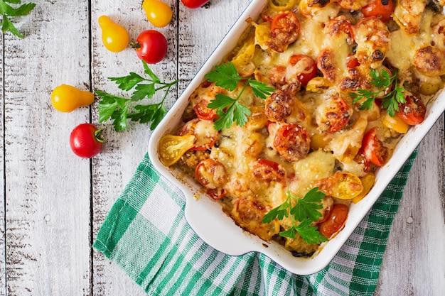 Caçarola de legumes vegetariana com abobrinha, cogumelos e tomate cereja