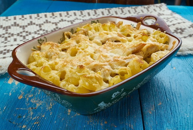 Caçarola de macarrão com queijo e frango, close-up