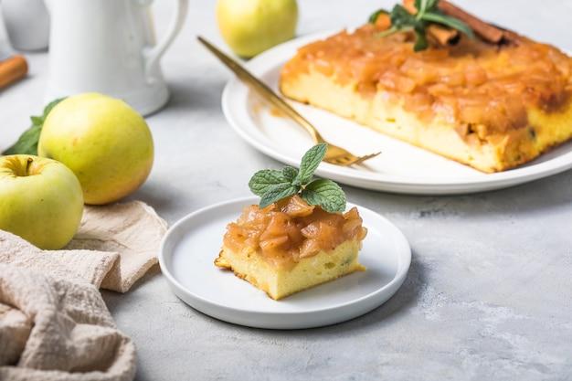 Caçarola de queijo cottage com maçãs e canela