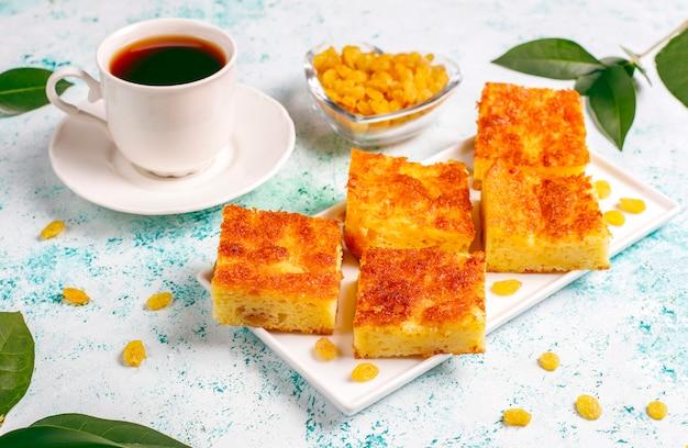 Caçarola de queijo cottage com passas e sêmola