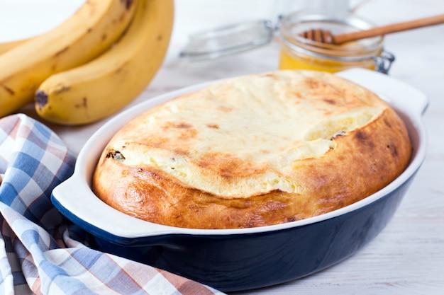 Caçarola de queijo cottage com passas em fundo branco