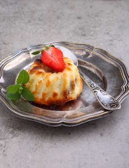 Caçarola de queijo cottage decorada com menta e morango