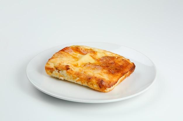 Caçarola de queijo cottage em placa branca closeup com espaço de cópia. caçarola de queijo cottage isolado om branco.
