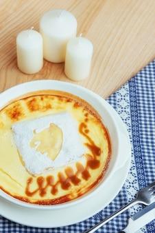 Caçarola de queijo delicioso em uma panela de cerâmica.