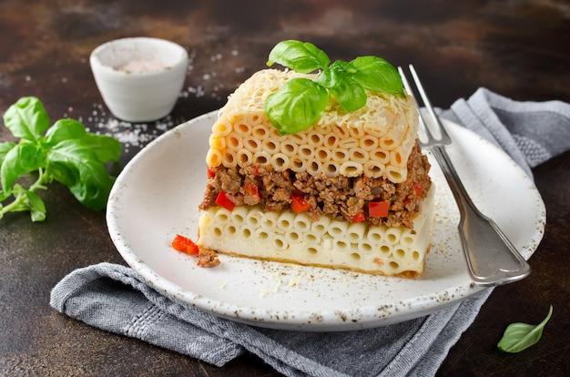 Caçarola pastitsio com macarrão e carne picada