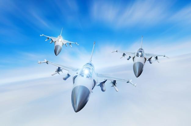 Caças militares a jato de três aeronaves de grupo em alta velocidade, voando alto no céu.