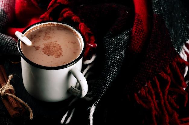 Cacau beber no copo e cobertor vermelho.
