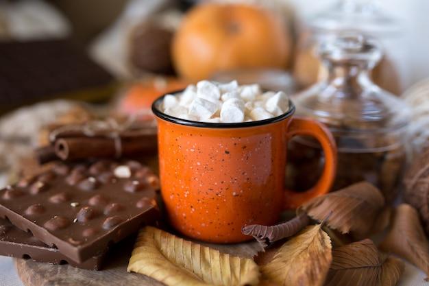 Cacau com leite e chocolate em uma caneca. bebida quente na taça.