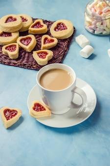Cacau com marshmallows e um coração de biscoito. foco seletivo.