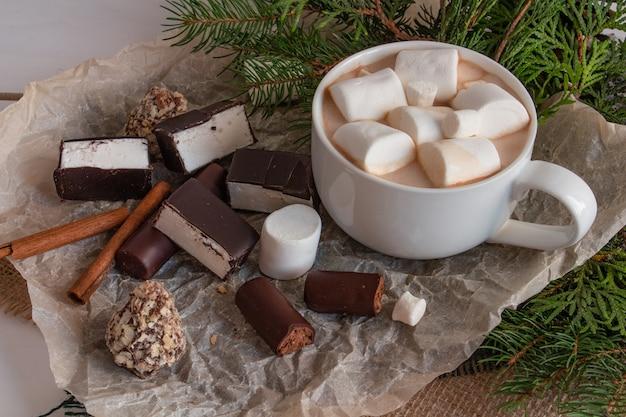 Cacau de composição de natal com ramos de marshmallows de uma árvore de natal doces