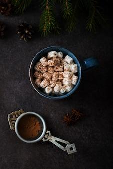 Cacau de natal com marshmallows em uma caneca, árvore de natal, vista de cima