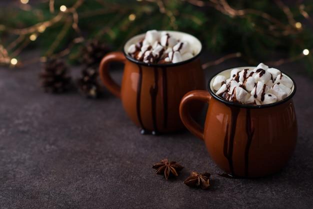 Cacau de natal com marshmallows em uma caneca, bebida de comemoração de ano novo, espaço de cópia