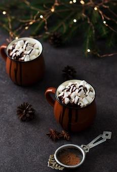 Cacau de natal com marshmallows em uma caneca, bebida de comemoração de ano novo