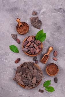 Cacau em pó natural, grãos de cacau e chocolate
