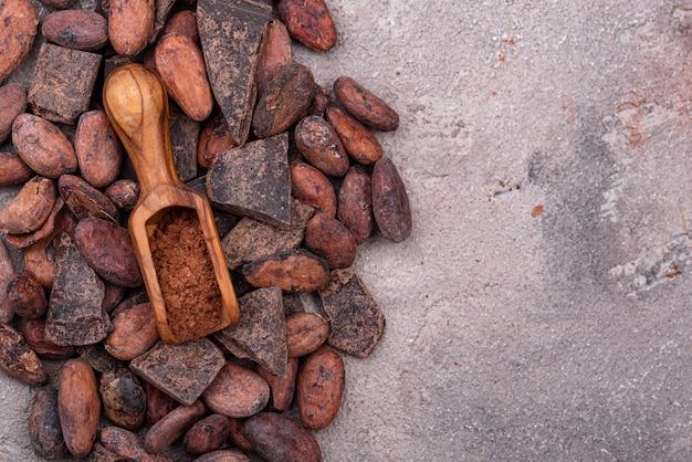 Cacau em pó natural, grãos de cacau e pedaços de chocolate preto