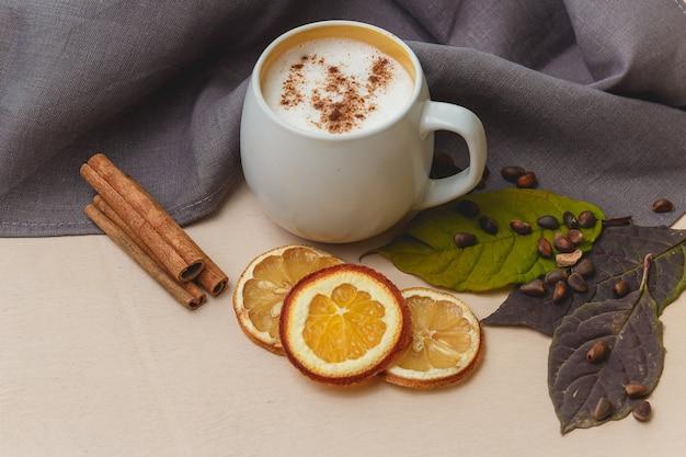 Cacau ou latte ou chocolate quente com canela. em um fundo de madeira brilhante.