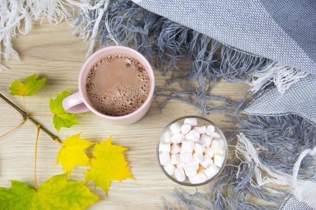 Cacau quente ou chocolate quente com marshmallows em velhas tábuas de madeira