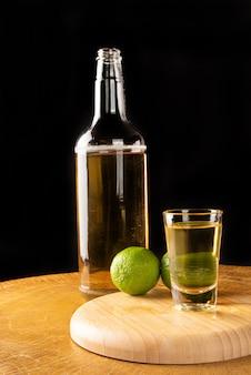 Cachaça bebida de cana-de-açúcar com limão
