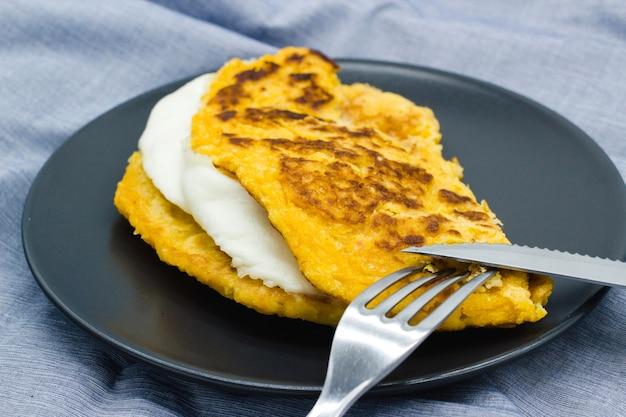 Cachapas, também conhecidas como chorreadas, prontas para comer. cachapa é comida tradicional da venezuela, costa rica e colômbia, panqueca de milho recheada com queijo de mão