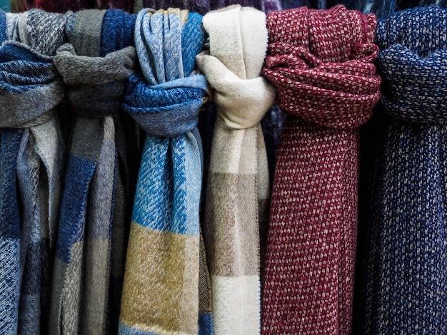 Cachecóis de lã pendurados na vitrine.