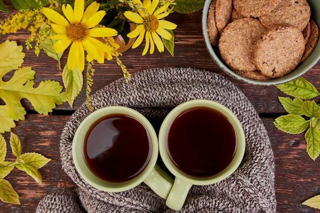 Cachecol de malha com uma xícara quente de chá.