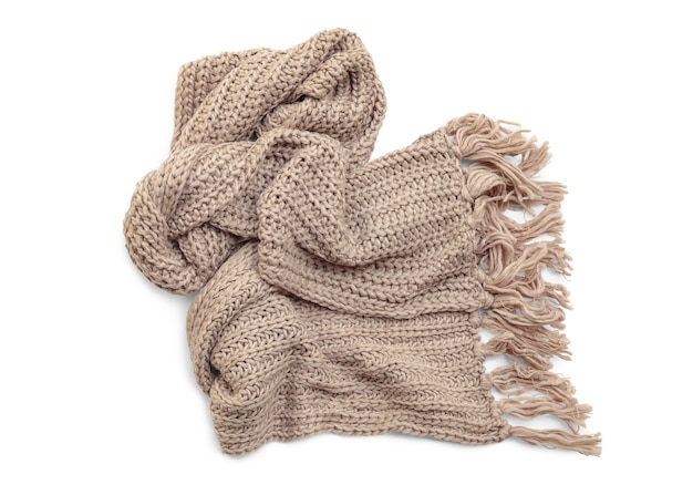 Cachecol de malha de lã com borlas em fundo branco.