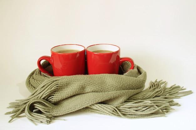 Cachecol enrole em torno de duas xícaras de café, para manter o aquecimento.