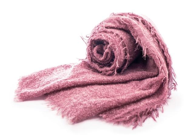 Cachecol rosa de malha quente isolado no fundo branco.