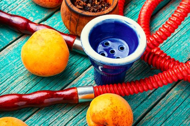 Cachimbo de água árabe com damascos