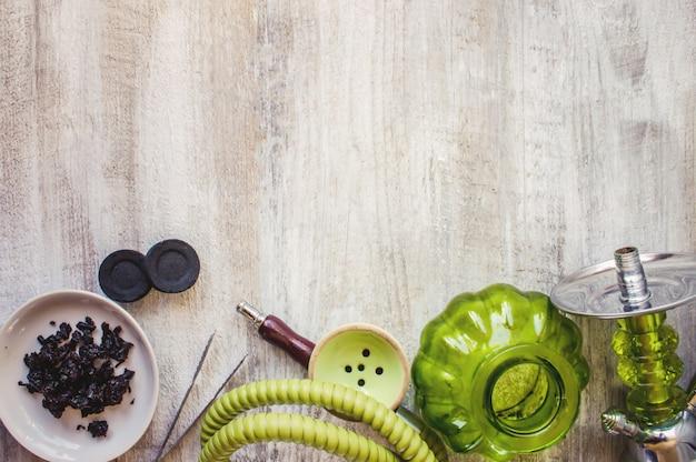 Cachimbo de água em um fundo de madeira. fruta do tabaco. foco seletivo.