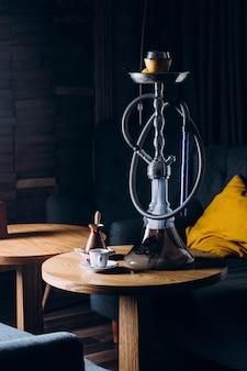 Cachimbo de água na tigela de shisha com fundo escuro