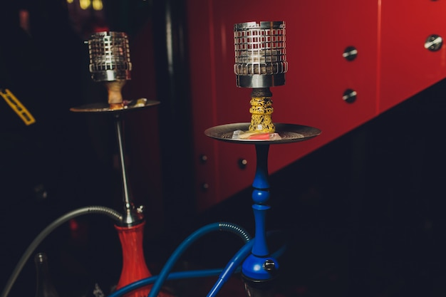 Cachimbo de água no balcão do bar em um café