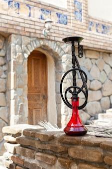 Cachimbo de água preto com lâmpada rubi em autêntico café antigo oriental
