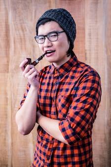 Cachimbo de fumo do moderno com braços cruzados