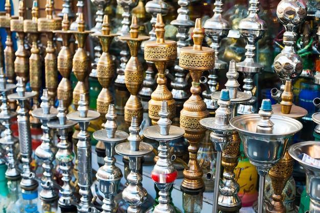 Cachimbos de água no mercado. shisha árabe tradicional tubos cachimbo de água. canos de água - os egípcios chamam de shisha, em inglês, é cachimbo de água.